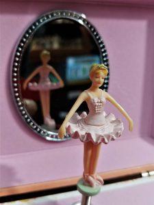 particolare di un carillon con ballerina, ottimo come idea regalo per ragazza