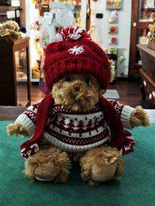 orsetto bukowsky con cappello e maglione in stile natalizio come idea regalo
